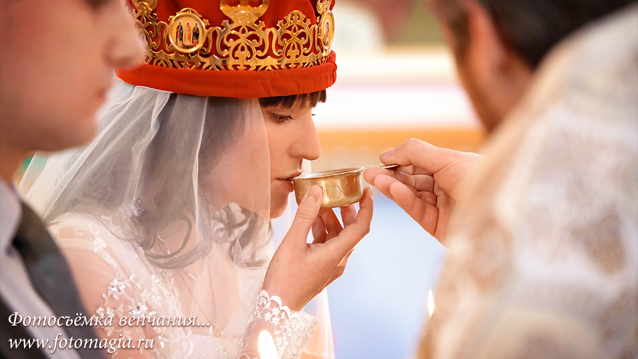 Marriage photography - kissing the wedding crown